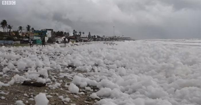 Dòng nước lẫn chất thải chưa qua xử lý này đổ ra biển. Kết hợp với biển động mạnh, bờ biển ngập trong bọt.