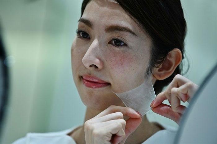 Lớp da này được tạo ra từ các sợi siêu mảnh, chỉ dày bằng 1/100 sợi tóc của con người.