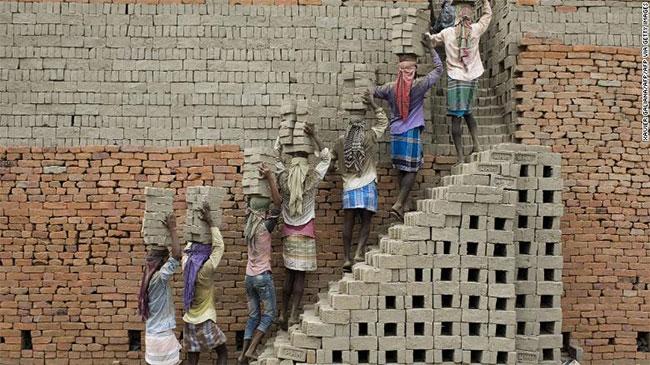 Lao động Ấn Độ vận chuyển gạch đất sét đến một lò gạch ở Farakka, thuộc bang Tây Bengal, Ấn Độ.