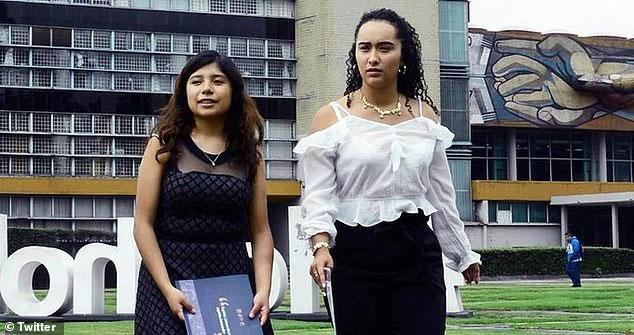 Hai sinh viên Itzel Paniagua (L) và Alondra Montserrat Lopez (phải).
