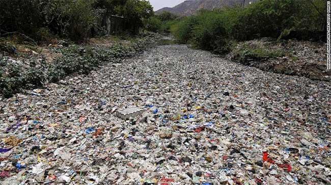 Rác trôi nổi dọc theo một con sông ở Ajmer, thuộc bang Rajasthan, Ấn Độ.