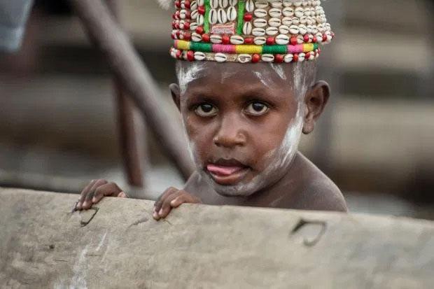 Chân dung một bé trai của bộ tộc ăn thịt người ở New Guinea.