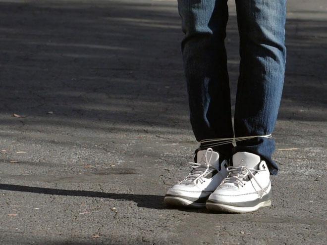 Sợi dây cuốn chặt vào chân nghi phạm.