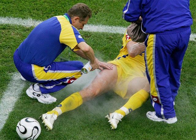 """""""Bình xịt ma thuật"""" được rất nhiều cầu thủ bóng đá sử dụng vì tác dụng nhanh."""