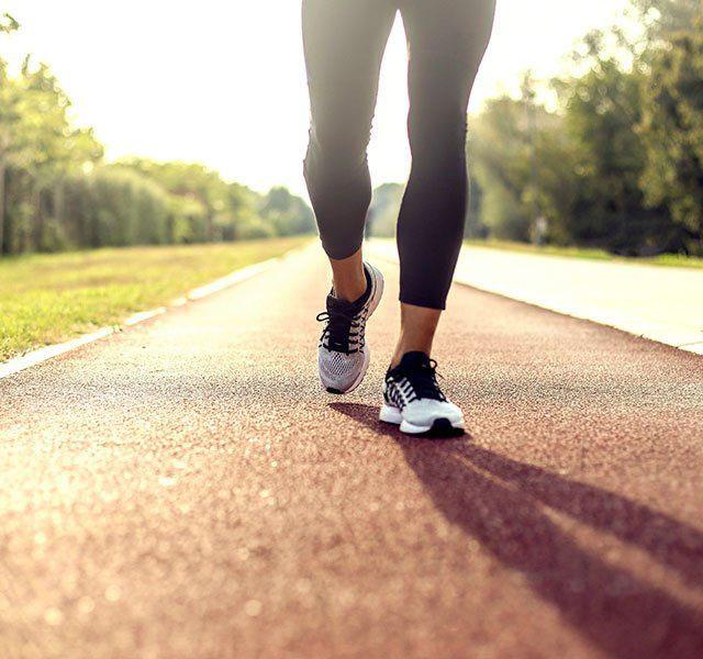 Đi bộ có thể giúp bảo vệ các khớp, bao gồm đầu gối và hông