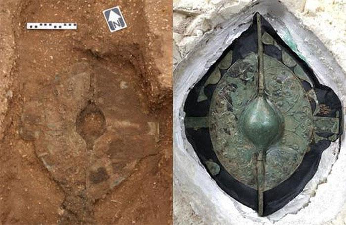 Tấm khiên khi mới phát hiện (trái) và khi được làm sạch (phải).