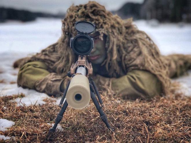 Tuy âm thanh là kẻ thù của một lính bắn tỉa, họ cũng có thể lợi dụng nó để che giấu đi nơi trốn.