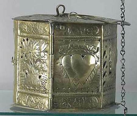 Lò sưởi bằng đồng được trang trí tỉ mỉ cho các cặp đôi mới cưới.