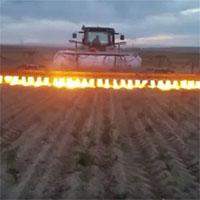 Xem nông dân nước ngoài diệt cỏ dại bằng… máy phun lửa