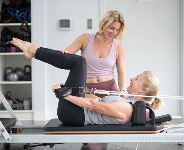 Các bài tập pilates với dây hoặc với thảm sẽ giúp giãn cơ rất tốt cho người già.