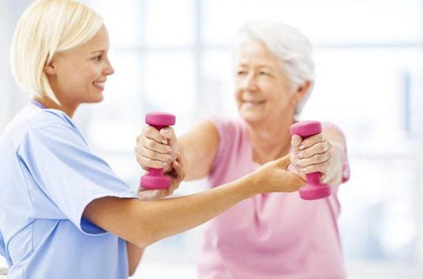 Người cao tuổi tập tạ nên có sự hướng dẫn của chuyên gia tránh gây tổn thương cho cơ thể.