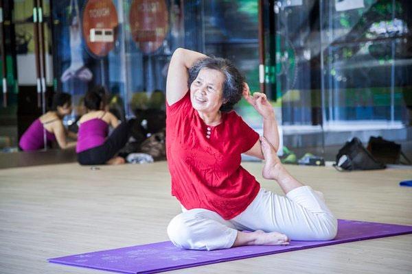 Người già tập yoga sẽ giúp giãn cơ, giảm căng thẳng