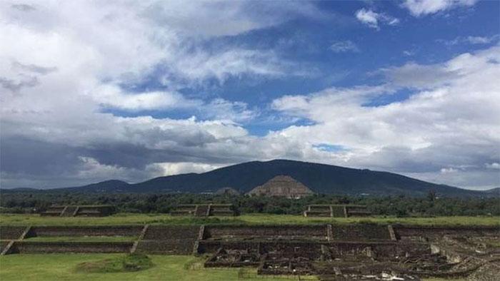 Kim tự tháp Teotihuacan nhìn từ xa.