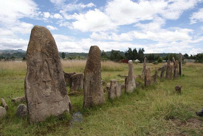 Những tảng đá khổng lồ có khắc biểu tượng thanh kiếm.