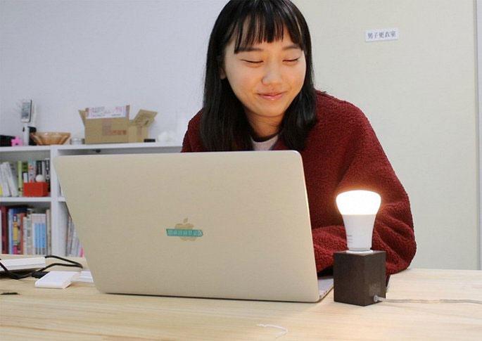 """Marina Fujiwara với phát minh """"bóng đèn chia tay""""."""