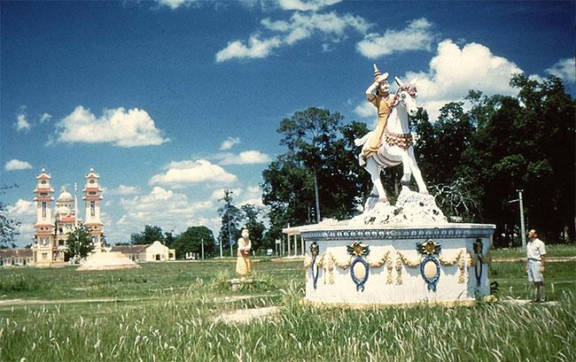 Tượng Thái tử Si Đạt Ta (tên Đức Phật thời trẻ) ngồi trên lưng ngựa đi tìm đạo trong khuôn viên tòa thánh Tây Ninh.