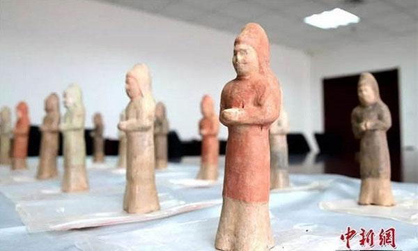 Những tượng gốm sơn màu trong mộ.