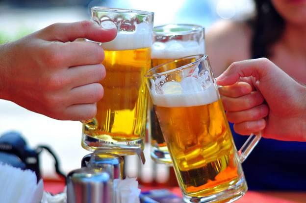 Uống nhiều bia rượu là thói quen gây ra ung thư gan.
