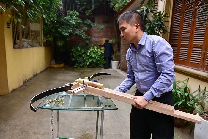 Anh Thanh và sản phẩm nỏ bắn nhiều tên.