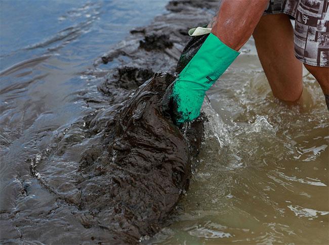 Túi dầu dạt vào bờ biển