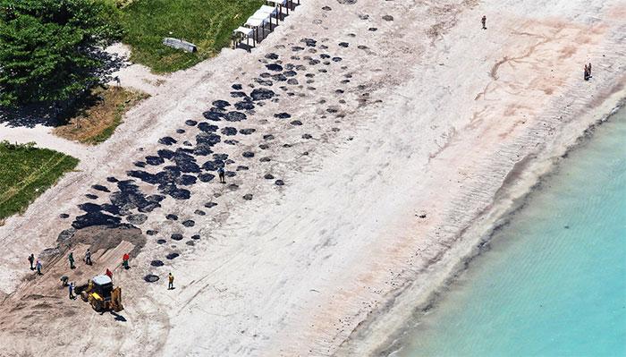 Gần 4 tháng qua, các vệt dầu thô đen kịt, đặc quánh đã lan khắp bờ biển dài hơn 4.400 km của Brazil.