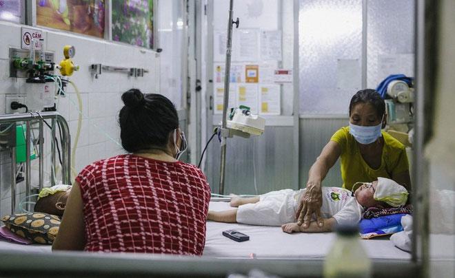 Hai bệnh nhi mắc sởi biến chứng viêm phổi điều trị tại Bệnh viện Nhi đồng 1 TP.HCM.