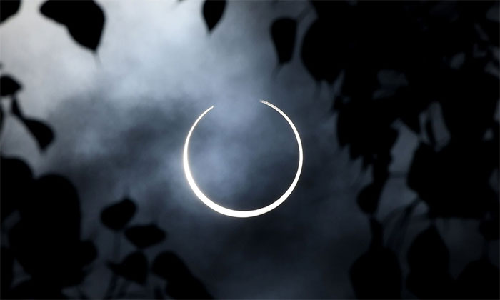 """Hiện tượng này để lại vòng sáng xung quanh Mặt Trăng, hay còn được ví như """"vòng tròn lửa""""."""