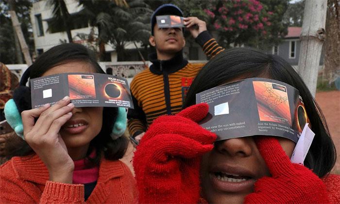 Trẻ em tại Kolkata, Ấn Độ dùng tấm kính để quan sát hiện tượng này.