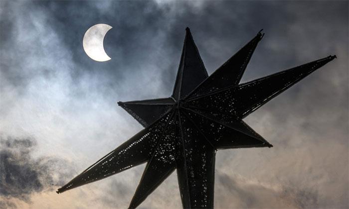 Giai đoạn đầu của hiện tượng, khi Mặt Trăng dần đi vào che lấp Mặt Trời.