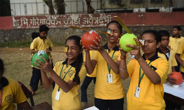 Học sinh tại Mumbai, Ấn Độ sử dụng thiết bị tự chế để quan sát nhật thực.