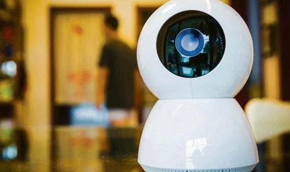 Giống với hầu hết thiết bị IoT khác, cả smart camera lẫn smartphone đều có thể bị tin tặc tấn công.