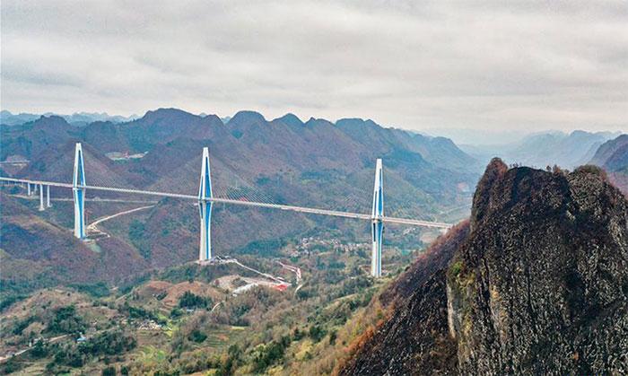 Cầu Pingtang trên thung lũng sông ở tỉnh Quý Châu.