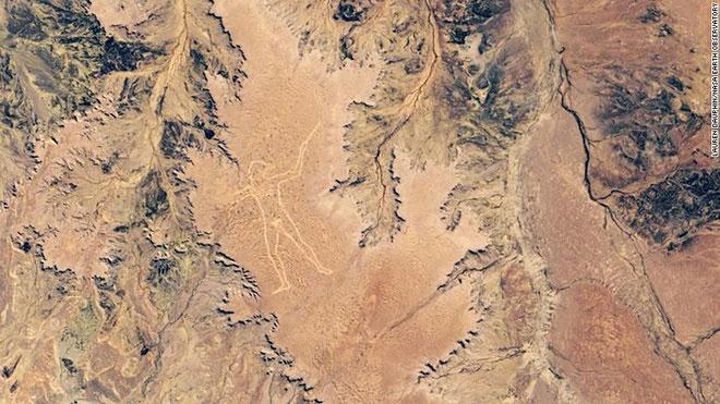 Hình ảnh vệ tinh mới từ NASA cho thấy Marree Man hiện lên rõ nét ở vùng hẻo lánh của Australia