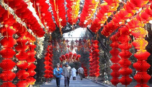 Đường phố Trung Quốc được trang hoàng rực rỡ.