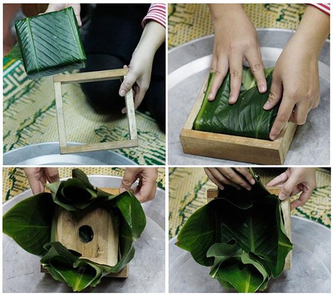 Dùng khuôn ngoài đặt bao quanh khuôn trong rồi mở lá và nhấc khuôn trong ra.