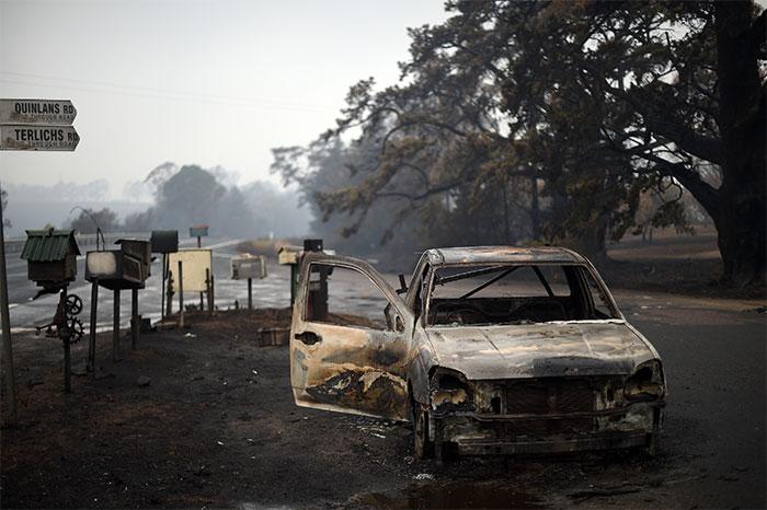 Một chiếc ôtô bị thiêu rụi ở đường Quinlans sau vụ cháy rừng xuyên đêm ở Quaama
