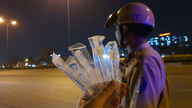 CSGT thường mang theo nhiều ống thổi mới cho người tham gia giao thông