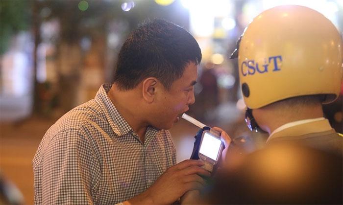 Cảnh sát đo nồng độ cồn của người tham gia giao thông.