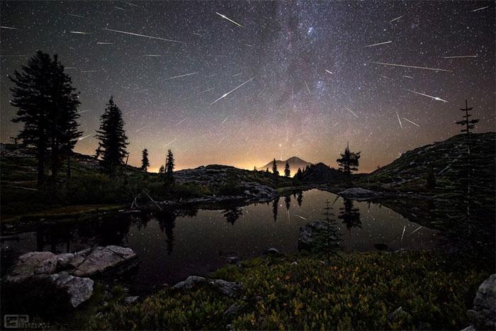 Ảnh phơi sáng thời gian dài ghi lại cảnh mưa sao băng Perseid ở Núi Shasta.