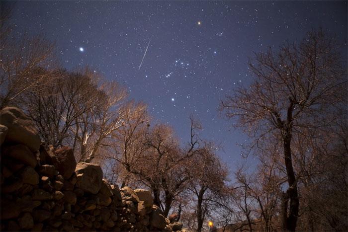 Mưa sao băng Geminid trên bầu trời Núi lửa Taftan, đông nam Iran.