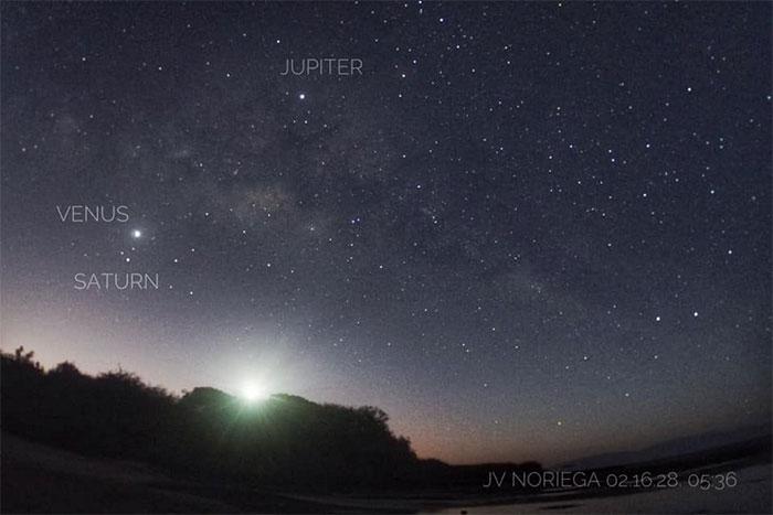 Sao Mộc, Sao Thổ cùng Sao Kim trên bầu trời Mũi Santiago, tỉnh Batangas, Philippines.