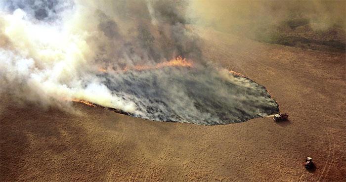 Khói lửa bốc lên từ đám cháy rừng tại Victoria, Australia.