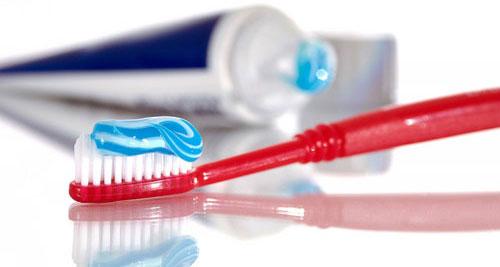 Kem đánh răng giúp tẩy sạch mùi cá từ tay của bạn