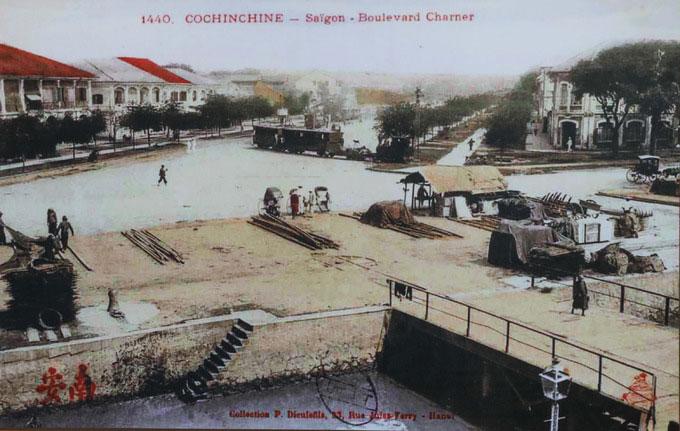 Cảnh sinh hoạt, buôn bán, giao thông trên đường Nguyễn Huệ cuối thế kỷ 19.