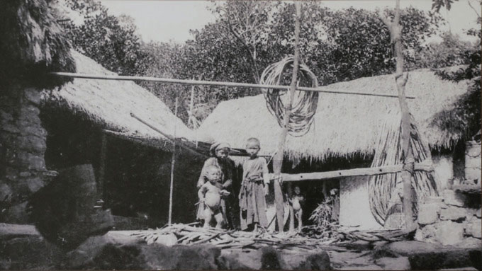 Một gia đình Sài Gòn với khung cảnh nhà tranh, vườn tược.