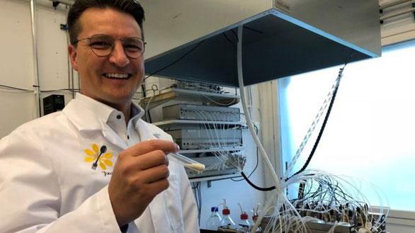 Ông Pasi Vainikka cầm ống nghiệm chứa bột protein sản xuất từ vi khuẩn