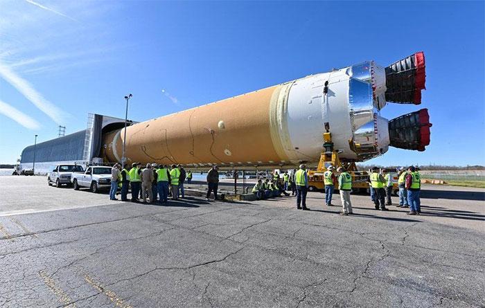 Tên lửa cao hơn tòa nhà 30 tầng và được Boeing thửa riêng cho NASA theo hợp đồng giữa hai bên.