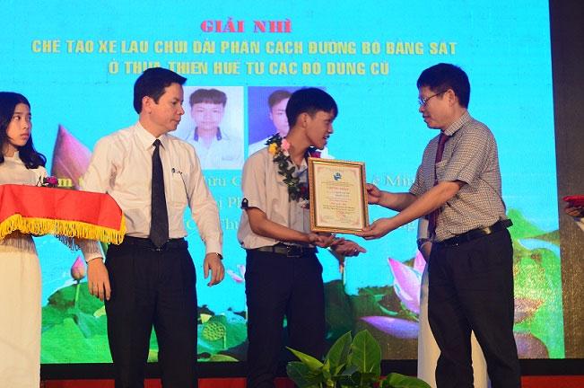 Đại diện nhóm nhận giải tại cuộc thi Sáng tạo Thanh thiếu niên, Nhi đồng tỉnh Thừa Thiên Huế năm 2019.