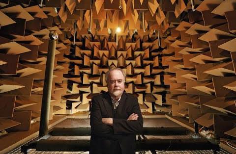 Steve Orfield bên trong căn phòng yên tĩnh nhất Trái Đất mà ông tạo ra.