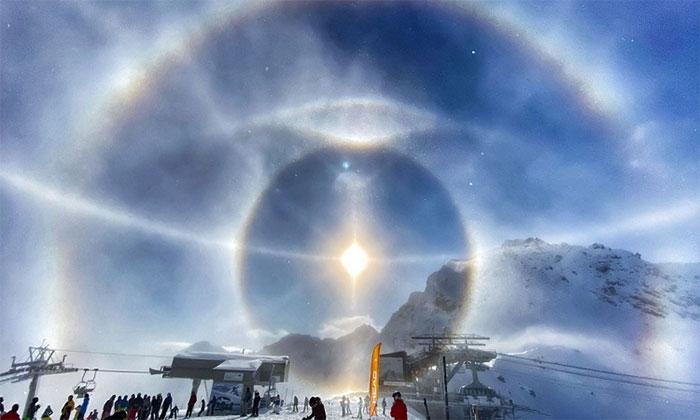 Hào quang băng trên dãy Alps.